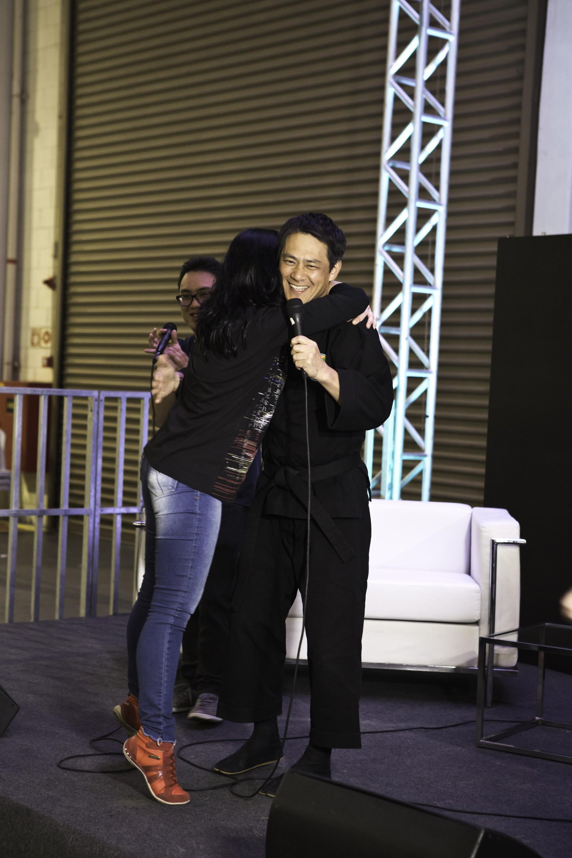 Durante painel,  ator recebe fãs no palco.   Foto:  Lucas Marinho Lion audiovisual | Parceiro CadernoNerd