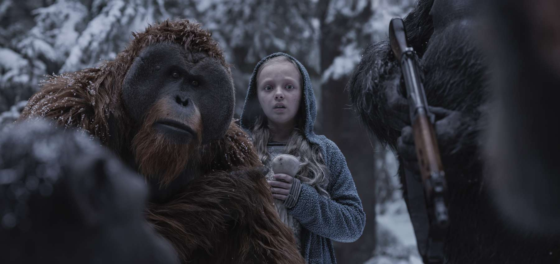 Amiah Miller interpreta Nova, garota que acompanha Cesar e companheiros nas aventuras